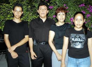 En una reunión familiar fueron captados ROberto Camacho, Raquel de Camacho y sus hijos Pavel y Joselin