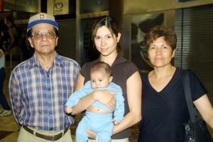 Francisco Santillana de Gómez, Alma Gómez de Gallegos, Enrique Gómez Leal y el bebé Luis Enrique Gallegos Gómez.