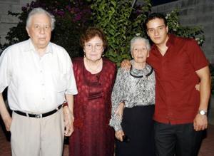 La señora Celia Valdez cumplió 82 años de vida y los festejó en compañía de su hijo Arturo Casillas, su nuera Rosa Cantú y su nieto Christian Galindo.