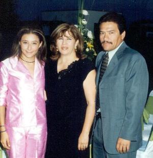 Felipe Medina Cervantes y Silvia Rodríguez de Medina con su hija Julia María Medina Rodríguez.