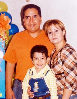 Niño Saúl Sandoval Velázquez acompañado por sus padres quienes le ofrecieron una piñata por su cuarto año de vida.