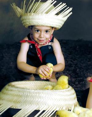 Niño Víctor Humberto de la Parra Echeverría en una fotografía de estudio