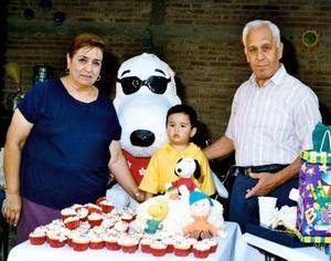 Por su segundo cumpleaños el  niño Gerardo Landeros Ávalos fue festejado con una divertida fiesta, lo acompañan sus abuelitos Pablo Landeros y Socorro Araujo.