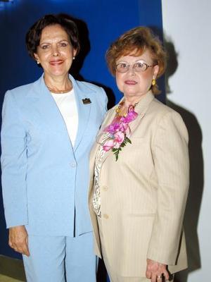 Elisa Salazar Morales acompañada de la conferenecista María Guadalupe Arras de Quiroga.
