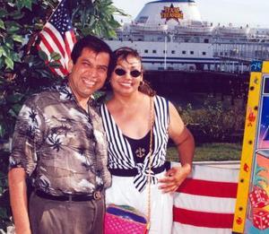 Jesús Ochoa Cebrián y Ana María Valdés de Ochoa en su viaje de vacaciones por una playa de EU