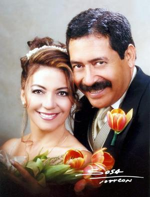 Dr. Gustavo Medina  Cervantes y Lic. Roxana Ayup Romero contrajeron matrimonio en la P.P. Hermanos Ayup,  el seis de septiembre de 2003. <p> <i>Studio Sosa</i>