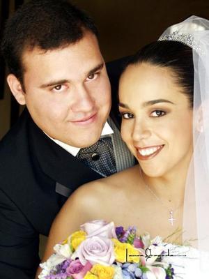 Ing. Francisco Xavier Flores Cisneros y G.M. Alejandra López García contrajeron matrimonio religioso en la parroquia de la Sagrada Familia el 19 de julio de 2003.  <p> <i>Estudio: Laura Grageda</i>