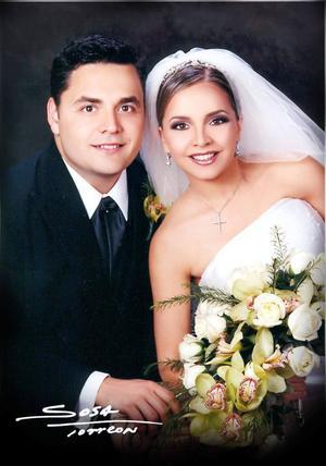 Lic. Carlos MIjares Álvarez y Srita. Alejandra Nahle Zarzar recibieron la bendición nupcial en la parroquia de San Pedro Apóstol el 20 de septiembre de 2003.  <p> <i>Studio: Sosa</i>