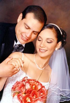 Lic. Rodrigo Eduardo Guerrero Parrilla y Lic. Karla Verónica Lozano Vázquez contrajeron matrimonio religioso en la iglesia de la Inmaculada Concepción el 13 de septiembre de 2003  <p> <i>Estudio: Papadakis</i>