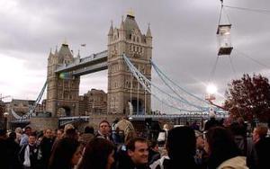 David Blaine, de 30 años, cumplió esta noche 44 días suspendido en una caja de metacrilato de dos metros de alto, dos de ancho y uno de fondo junto al famoso Tower Bridge, el Puente de la Torre de Londres.