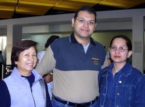 L- Cecilia Huizar viajó a Jalapa y fue despedida por Héctor Meza y Eusebia Vargas.