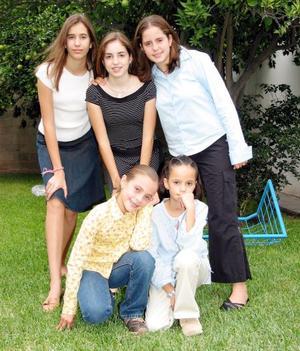 Ana Claudia Gómez, Carmen Gómez, Palmira Martín, Ana Cecy Martín y Ana Mary Gómez en pasado festejo de cumpleaños.