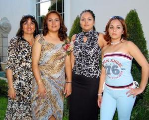 <u>01 octubre</u> <p> Perla Monserrat Farías James con unas de las invitadas a la despedida de soltera que le ofreció Irene James, con motivo de su próximo enlace matrimonial