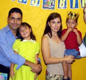 José Ramón Corona González acompañado por sus papás, José Ramón Corona y Maru González de Corona y su hermana Maru,  en la fiesta que le ofrecieron por su onomástico.