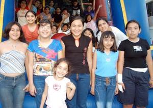<u>03 octubre</u><p>  Paulina Hurtado Ramírez acompañada por un grupo de amigos en su fiesta de cumpleaños ofrecida pos sus papás Salvador Hurtado y Yolanda Ramírez de H., con motivo de sus once años de vida.