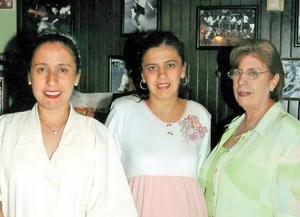 Dina T. de Cárdenas acompañada de su hermana Elena Elizabeth y su mamá Tina Monárrez de Torre el día de su fiesta de canastilla.