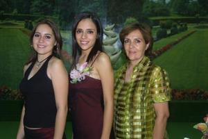 Liliana Montelongo Padilla con las anfitrionas de su primera despedida de soltera, su mamá María del Carmen P. de Montelongo y su hermana Lesly Montelongo.