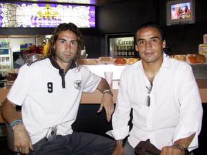 El jugador del Santos Laguna Fabián Estay viajó a México para visitar a su familia, lo despidió Cristian Luchetti (izq).