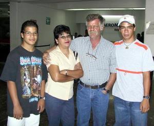 <u>30 septiembre </u><p>  Para tratar negocios relacionados con la industria de madera se trasladó a Italia el señor Silvio Mattiussi, lo despidieron su esposa, Aracely Mata y sus hijos Alioscha y Keshia.