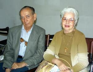Para asistir a  la reunión de egresados de la generación 1942-48 de la Universidad de Chapingo, viajaron a Tepic, Luis Antonio León y Gloria Luquín de León.