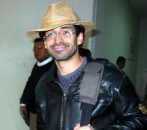 El actor Bruno Bichir a su llegada a la región para participar en un festival cultural en San Pedro, Coah.