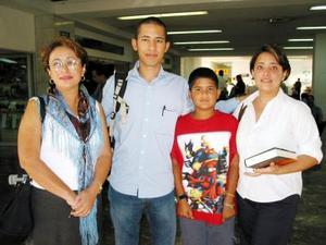 <u>02 octubre </u><p>  Juan Pablo Fabre viajó a Barcelona en plan de estudios, lo despidió su mamá Estrella Fernández,Margarita y su sobrino Miguel