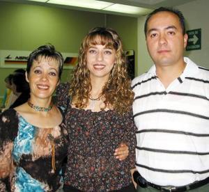 Elvia de la Torre retornó a Tijuana luego de visitar a su familia, la despidieron Aracely de la Torre y Gonzalo Muro.