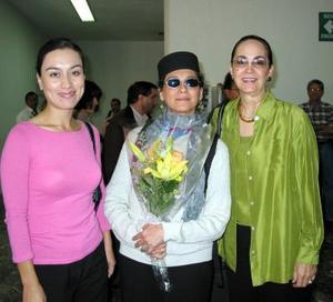 <u>03 octubre </u><p> La actriz Ofelia medina captada a su arribo a la ciudad para participar en un réquiem a María Grever, la recibieron Cristy García y Yeye Romo.