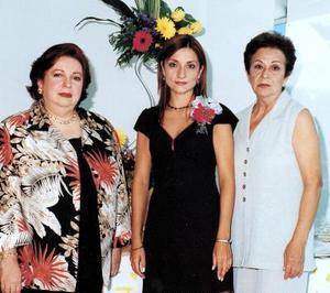 Mónica Pereyra López acompañada por su mamá Martha López y su futura suegra Norma de Velez.