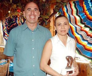 Alejandra San Vicente recibió el trofeo de primer lugar en actuación del Parque España, la acompaña su entrenador Rolando Estrada.