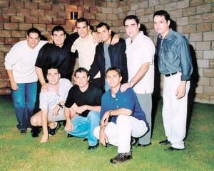 Ernesto Meléndez Reyes con sus amigos en el convivio que le ofrecieron por su boda con la Srita. Mónica Rodríguez Marín el próximo 18 de octubre .
