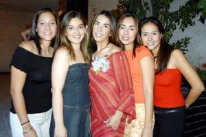 -Marisol Montiel junto a sus amigas Elizabeth Salmón, Cecilia Ordaz, Alejandra Segura y Cecilia Quiñones en la reunión de despedida que le ofrecieron.
