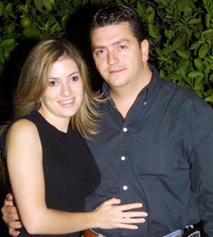 -Paola Boehringer y Alejandro Veyán en una despedida de solteros que les organizaron por su próximo enlace nupcial.
