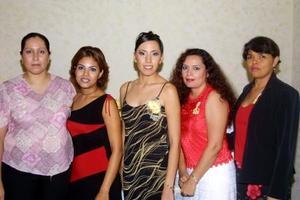 <u>06 octubre</u> <p> Yasmín Flores acompañada por algunas de sus amigas asistentes a su despedida de sotlera.