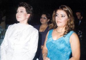 Señoras Ana María Romero  de Ayup y Alejandra Ayup Romero en la misa nupcial de la pareja Medina-Ayup