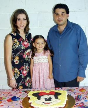 La niña Marcela Sifuentes Ramos con sus padres Armando Sifuentes Tijerina y Natalia Ramos Martínez en la fiesta que le ofrecieron con motivo de sus tres años de vida