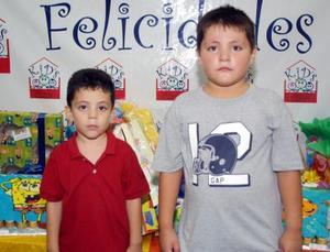Niños Adolfo y Mauricio Dávila Castillo en la piñata que les organizaron sus papás con motivo de sus tres y seis años de vida respectivamente
