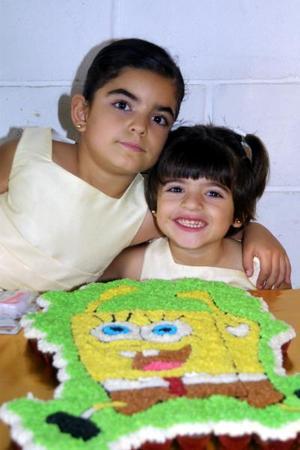 La pequeña Isabela Villarreal Anaya cumplió siete años de edad, al acompaña su hermana Elsa María.