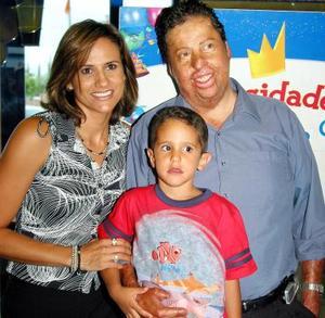 Lázaro Treviño Fajer acompañado por sus papás Raúl Treviño Valdés y Claudia Fajer de Treviño en la fiesta que le ofrecieron con motivo de su cuarto aniversario