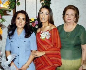 Marisol Montiel Hernández junto a Emma Hernández Toka y Dora Alicia García de Izquierdo en su fiesta de despedida.