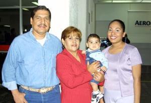 <u>06 octubre </u><p>  A Santa Ana California viajó Mary Bernal de  Dorado, la despidieron Ernesto y Carmen Dorado y el pequeño Rolando.