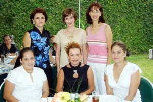 Alina Martínez acompañada por Mariel, Susana, Noeli, Chiquis y Emma en la fiesta de canastilla que le ofrecieron su mamá Astrid de Martínez y su hermana Astrid de Algara.