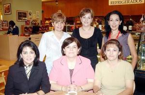Caro de García acompañada de sus amigos en su fiesta de cumpleaños.