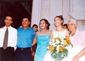 Celebró sus XV años de vida la señorita Ana Karen Meza quien fue captada al lado de sus hermanos y sus papás.