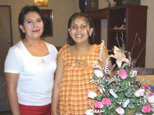 Dora Lizbeth Artea acompañada de la organizadora de su fiesta de canastilla, su mamá Dora Elia Artea Llanas.