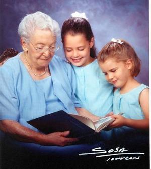 En una fotografía de estudio fue captada la señora María Trías de Montaña con sus nietas Mariángel y María Ana González Alatorre.