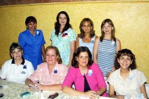 Martha de Pérez Merodio en una fiesta de canastilla que le prepararon por el cercano nacimiento de su bebé, la acompaña un grupo de familiares y amigas