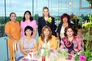 Lizeth Navarro García acompañada por algunas de las invitadas a su primera despedida de soltera.