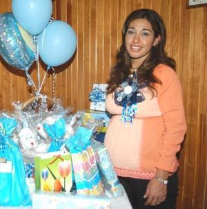 Por el próximo nacimiento de su bebé le organizaron una fiesta de canastilla a Elsa Ruiz de Favela.