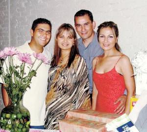 Ernesto Meléndez Reyes y Mónica Rodríguez Marín contraerán  matrimonio el 11 de octubre por lo que les festejaron con una fiesta